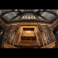 Luzern, Hofkirche St. Leodegar (Große Orgel mit Echowerk), Hauptorgel mit Spieltisch (beleuchtet)