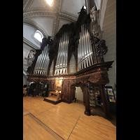 Luzern, Hofkirche St. Leodegar (Große Orgel mit Echowerk), Hauptorgel mit Spieltisch seitlich (beleuchtet)