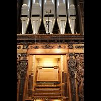 Luzern, Hofkirche St. Leodegar (Große Orgel mit Echowerk), Spieltisch mit Pfeifen des Prinzipal 32' direkt darüber