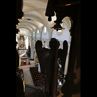 Luzern, Hofkirche St. Leodegar (Große Orgel mit Echowerk), Blick von der obersten Etage der Hauptorgel über die geschnitzten Engelsfiguren in die Kirche