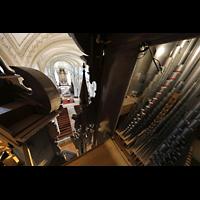 Luzern, Hofkirche St. Leodegar (Große Orgel mit Echowerk), Pfeifen des Oberwerks mit Blick in die Kirche, links die Spitzen des 32'-Prinzipals