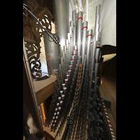 Luzern, Hofkirche St. Leodegar (Große Orgel mit Echowerk), Pfeifen des Oberwerks, links die Spitzen des 32'-Pedal-Prinzipals