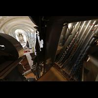 Luzern, Hofkirche St. Leodegar (Große Orgel mit Echowerk), Pfeifen des Oberwerks mit Blick in die Kirche