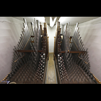 Luzern, Hofkirche St. Leodegar (Große Orgel mit Echowerk), Pfeifen im Fernwerk unter dem Dach