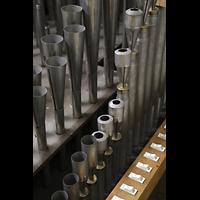 Luzern, Hofkirche St. Leodegar (Große Orgel mit Echowerk), Pfeifen der Vox Humana (rechts) und der Trompete (links) im Fernwerk