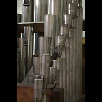 Luzern, Hofkirche St. Leodegar (Große Orgel mit Echowerk), Pfeifen der Vox Humana (vorne) und der Trompete (hinten) im Fernwerk