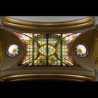 Schwyz, St. Martin, Buntes Glasdach im Chorraum