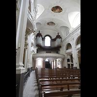 Schwyz, St. Martin, Innenraum in Richtung Orgel seitlich