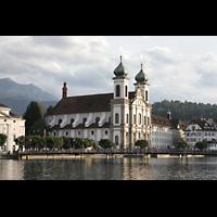 Luzern, Jesuitenkirche St. Franz Xaver (Hauptorgel), Außenansicht über den Mündungsarm der Reuss, hinten der Pilatus (2.128 m)
