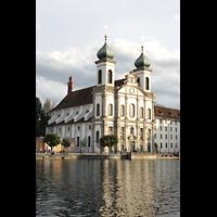 Luzern, Jesuitenkirche St. Franz Xaver (Hauptorgel), Außenansicht über den Mündungsarm der Reuss im Abendlicht