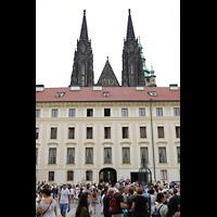 Praha (Prag), Katedrála sv. Víta (St. Veits-Dom), Querhausorgel, Blick vom ersten Burghof auf die hervorstehenden Spitztürme des Doms