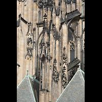 Praha (Prag), Katedrála sv. Víta (St. Veits-Dom), Querhausorgel, Strebewerk zwischen Haupt- und Seitenschiff