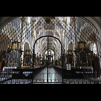 Praha (Prag), Klášter Bazilika Nanebevzetí Panny Marie (Klosterkirche), Hauptorgel, Eingangshalle der Klosterkirche mit schmiedeeisernen Gittern
