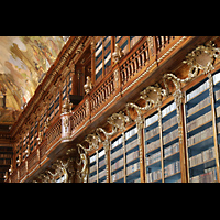 Praha (Prag), Klášter Bazilika Nanebevzetí Panny Marie (Klosterkirche), Hauptorgel, Bibliothek Strahov, theologische Abteilung, rechts Regalseite