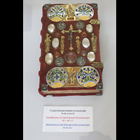 Praha (Prag), Klášter Bazilika Nanebevzetí Panny Marie (Klosterkirche), Hauptorgel, Reich verzierter Einband des Strahover Evangelikars aus dem 9.-16. Jahrhundert