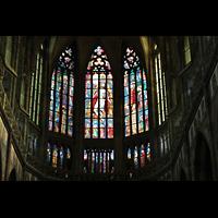 Praha (Prag), Katedrála sv. Víta (St. Veits-Dom), Querhausorgel, Buntglasfenster in der Apsis