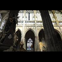 Praha (Prag), Katedrála sv. Víta (St. Veits-Dom), Querhausorgel, Chorraum seitlich mit Wappen-Fresken