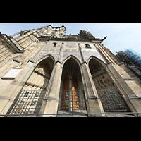Praha (Prag), Katedrála sv. Víta (St. Veits-Dom), Querhausorgel, Goldene Pforte (1367) am südlichen Querhaus mit Glasmosaik des Jüngsten Gerichts