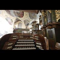 Praha (Prag), Klášter Bazilika Nanebevzetí Panny Marie (Klosterkirche), Hauptorgel, Spieltisch und Hauptorgelprospekt