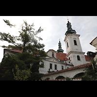 Praha (Prag), Klášter Bazilika Nanebevzetí Panny Marie (Klosterkirche), Hauptorgel, Außenansicht vom Ende der Strahovské nádvorí aus