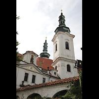 Praha (Prag), Klášter Bazilika Nanebevzetí Panny Marie (Klosterkirche), Hauptorgel, Türme vom Ende der Strahovské nádvorí aus