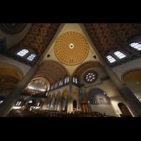 Düsseldorf - Oberkassel, St. Antonius, Blick von der Vierung zur Chor-und Hauptorgel, hinter dem Lichtkranz in der Kuppel die Fernorgel