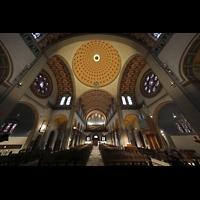 Düsseldorf - Oberkassel, St. Antonius, Innenraum mit Chor-und Hauptorgel; hinter dem Lichtkranz in der Kuppel die Fernorgel