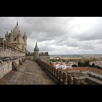 Évora (Evora), Catedral, Dach des Seitenschiffs und Vierungsturm (links)