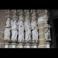 Évora (Evora), Catedral, Marmorskulpturen (um 1330) der 12 Apostel links vom Portal