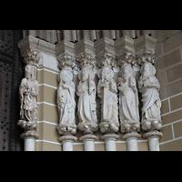 Évora (Evora), Catedral, Marmorskulpturen (um 1330) der 12 Apostel rechts vom Portal