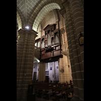 Évora (Evora), Catedral, Blick durch die Seitenschiffbögen auf die Orgel