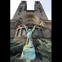 Dresden (Strehlen), Christuskirche, Bronzefigur vor dem Chorraum der Christuskirche