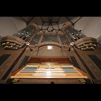 Dresden - Striesen, Versöhnungskirche, Orgel mit Spieltisch perspektivisch