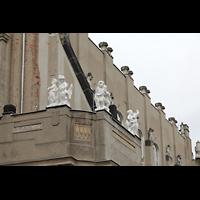 Görlitz, Stadthalle, Figurenschmuck auf dem Dach