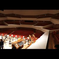 Dresden, Kulturpalast / Philharmonie (Konzertsaal), Blick über die Orchesterbühne mit Spieltisch in den großen Saal