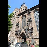 Brandenburg, St. Katharinen (Hauptorgelanlage), Südliches Seitenportal und Seitenschiff von außen