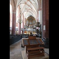 Brandenburg, St. Katharinen (Hauptorgelanlage), Mobiler Spieltisch mit Blick zur Hauptorgel