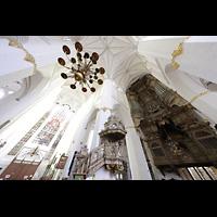 Rostock, St. Marien (Turmorgel), Blick ins Vierungsgewölbe, ins Südquerhaus und zur Westwand mit Orgel