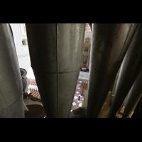 Rostock, St. Marien (Turmorgel), Blick durch die Pedalpfeifen zum Hochaltar und in die Kirche
