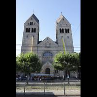 Düsseldorf - Oberkassel, St. Antonius, Nordfassade mit Türmen von der Luegallee aus gesehen