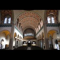 Düsseldorf - Oberkassel, St. Antonius, Innenraum in Richtung Orgel