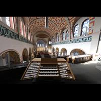 Düsseldorf - Oberkassel, St. Antonius, Blick vom Spieltisch der Hauptorgel in die Kirche