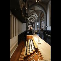 Düsseldorf, Basilika St. Lambertus, Blick über den mobilen Spieltisch zur Chor- und Hauptorgel
