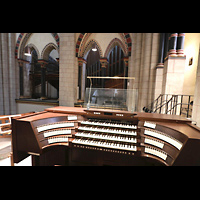 Neuss, Münster St. Quirin(us), Spieltisch mit Blick zum Orgelraum im südlichen Triforium