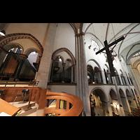 Neuss, Münster St. Quirin(us), Orgelraum im nördlichen Triforium mit Kreuz von 1592