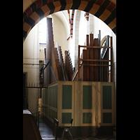 Neuss, Münster St. Quirin(us), Orgelraum im südlichen Triforium (Kronwerk und Pedal) von hinten