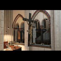 Neuss, Münster St. Quirin(us), Blick vom südlichen zum nordlichen Orgelraum mit Kreuz von 1592