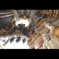 Weingarten, Basilika St. Martin - Chororgel, Blick auf das Glockenspiel in Weintraubenform über dem Spieltisch