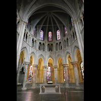 Lausanne, Cathédrale, Chorraum mit bunten Glasfenstern