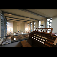 Berlin-Schöneberg, St. Konrad, Blick über den Spieltisch in die Kirche